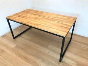 ナラ集成材のダイニングテーブル