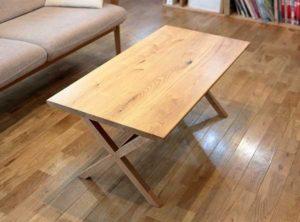 X型脚のテーブル