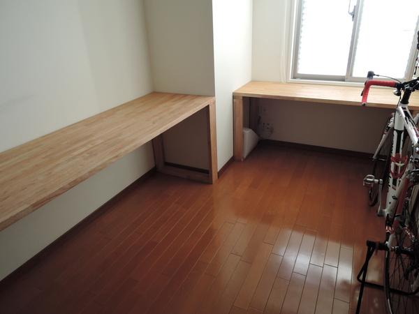 大きい机と窓辺の机2 .JPG