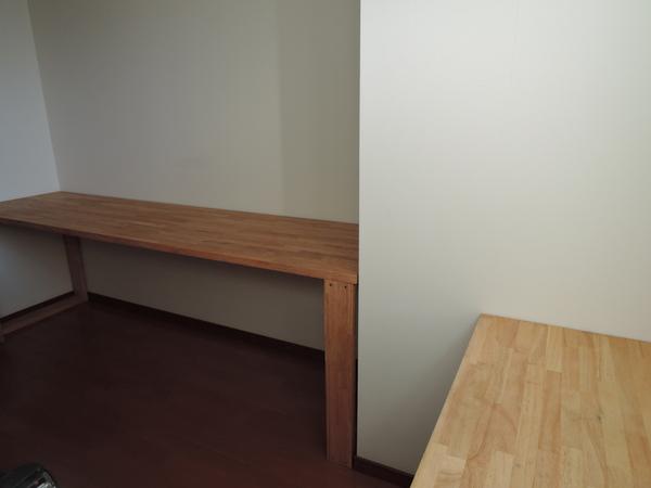 大きい机と窓辺の机3.JPG